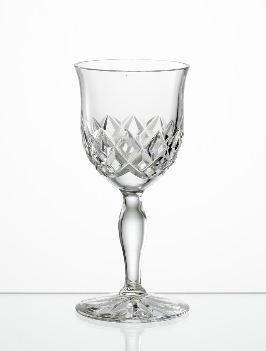Portvinsglas. Klockformad kupa med skärslipad dekor. Vulsterben, fot med stjärna i botten.