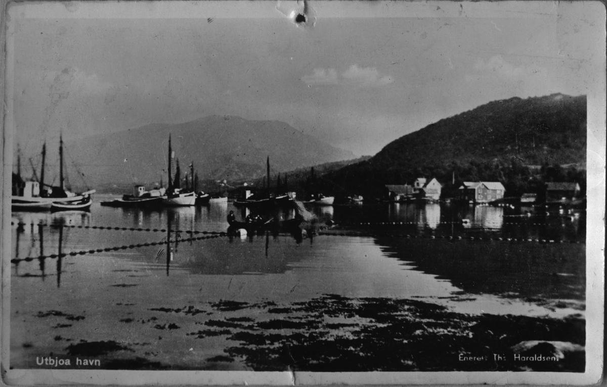 Postkort med motiv frå Utbjoa hamn, 1953. Fiske på fjorden.