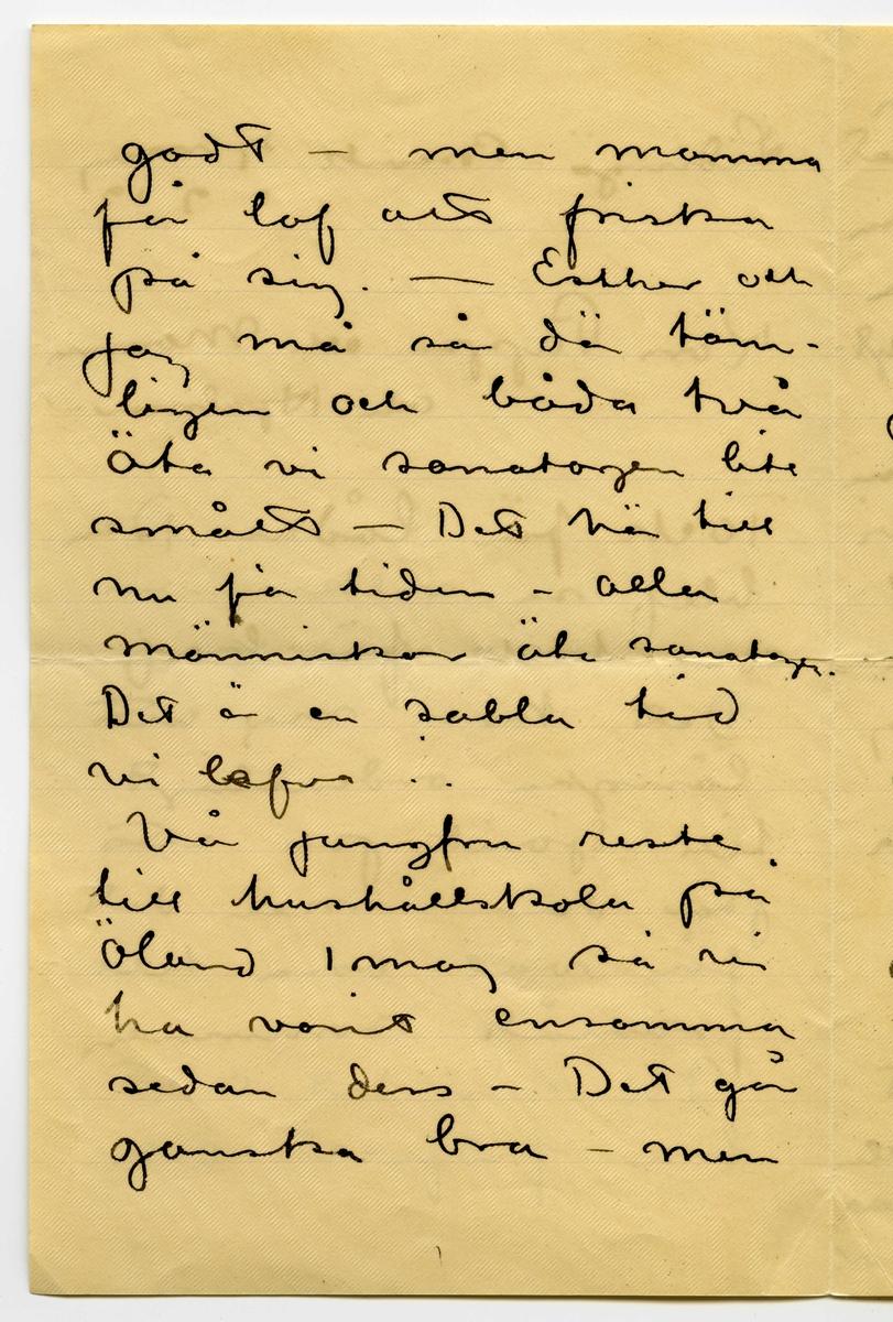 """Brev 1912-05-07 från John och Ester Bauer till Emma, Joseph och Hjalmar Bauer, bestående av fyra sidor skrivna på fram- och baksidan av ett vikt pappersark. Huvudsaklig skrift handskriven med svart bläck samt Esters hälsning i blyerts. Handstilarna tyder på John Bauer som skribent av samtliga sidor, med en hälsning på tvären av Ester Bauer.  . BREVAVSKRIFT: . [Sida 1] [skrivet på tvären i vänster marginal längst upp: Hälsningar Ester] Lidingö-Brevik 12 maj 1912 Kära Pappa och Mamma och Hjalmar. Tack för lådan. Den blef så välkomna och tack för bref. Det kom mej att längta ordentligt till Sjövik på ett par dar  men det får väl vara till framåt sommaren Ni har det allt  bra fridfullt och  . [Sida 2] godt  men mamma får lof att friska på sig.  Esther och  jag må så där täm- ligen och båda två äta vi sanatogen lite smått  Det hör till nu för tiden  alla människor äta sanatogen. Det är en sabla tid vi lefva. Vår jungfru reste till hushållskola på Öland 1 maj så vi ha varit ensamma sedan dess  Det går ganska bra  men . [Sida 3] Esther har nu fått korn på en liten flicka som hon tänker ta som hjälp  Jag har nu börjat med kompositionerna till årets """"Tomtar och Troll"""" som skall göras i 24  akvareller  De bli svåra i år och kommer nog att ta tid  Antagligen kommer jag också att göra Akademiens [överstruket: -ing] utställnings- affisch till i sommar. De ha bett mej om det och jag håller just nu på att känna mej för . [Sida 4] Jag har väl förut talat  om automobilresan som Åkerlund bjuder på. Den har nu blifvit framflyt- tad och ändra-. Vi starta här i Stockholm 2 juli och så hålla vi  på i 12 dagar en väl- dig sväng uppåt norr- land  så det blir nog trefligt och bra.  Jag hade tänkt sända en öfversättning af Picas skrifveri men den är så svåröfversatt och  nu har jag glömt bort det mästa. Den innehåller igentligen endast en [överstruket streck över a, bläckplump över s] oöfversättliga berömmande glosor. [skrivet upp och ner längst upp: Välkommen hit du Hjalmar och häls. John]"""