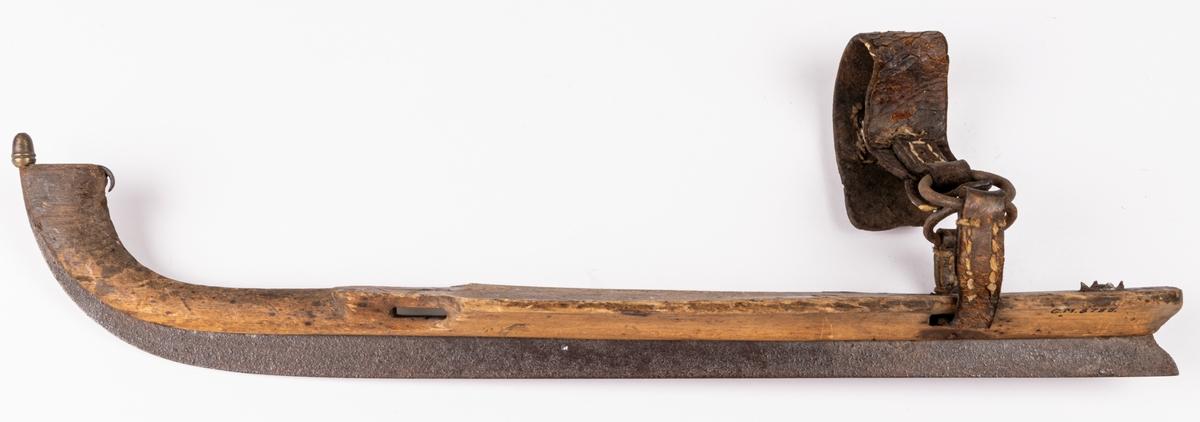 Kat. kort: Skridsko, av trä och stålskodd.