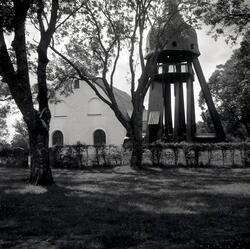 Vissefjärda kyrka med klockstapel.