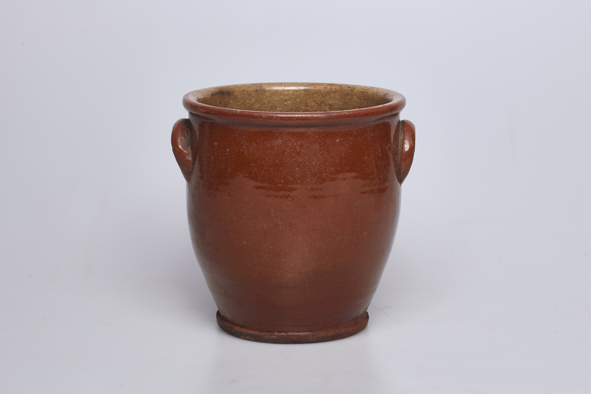 Krukken er utvendig brun, og innvendig gulhvit.
