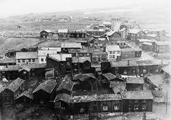 Oversiktsbilde over bebyggelse på Haugan, Røros. Bebyggelsen