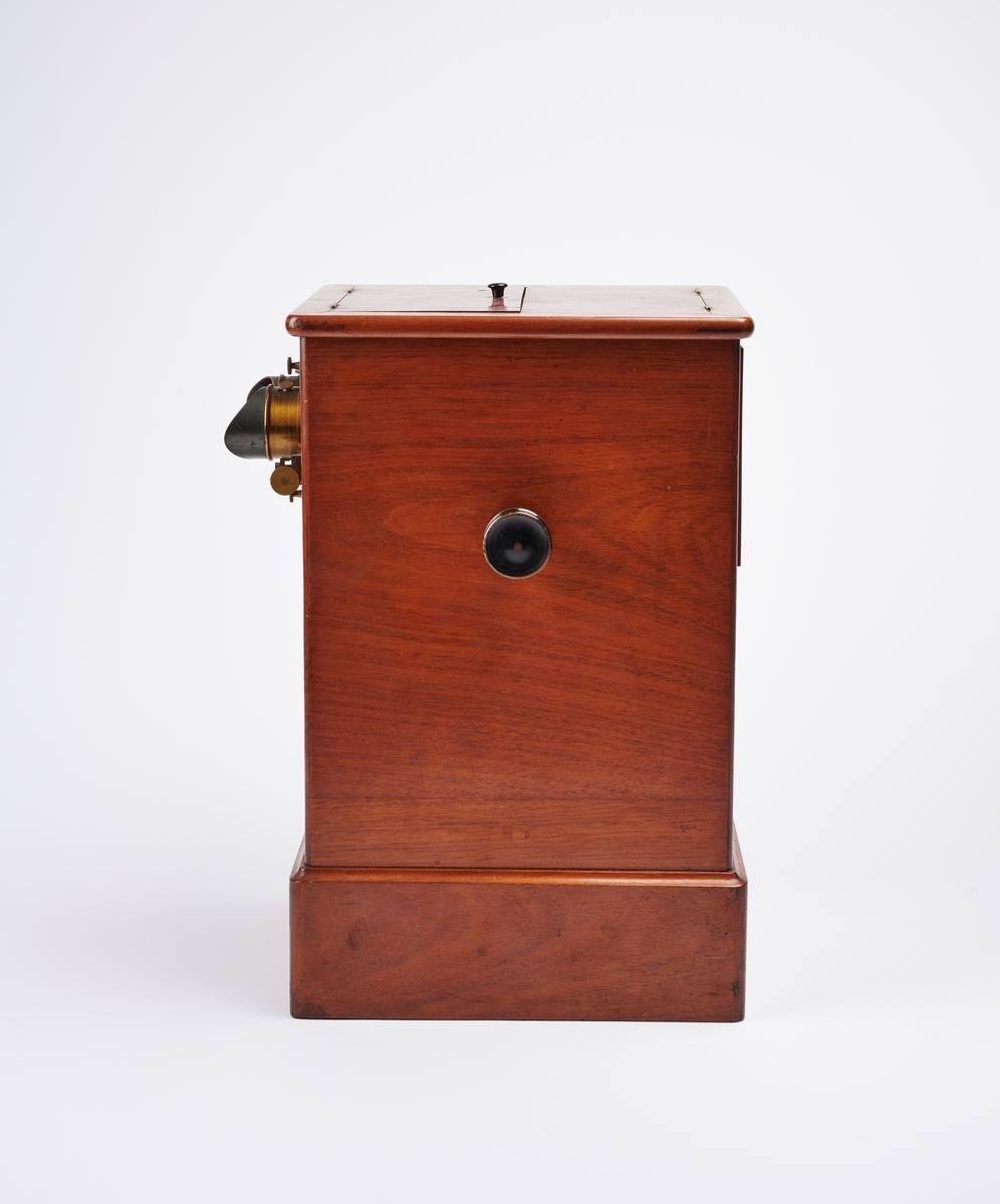 Bordstereoskop med rullende magasin til stereofotografier. Stereokameraene ga en svært populær form for bilder på slutten av 1800-tallet. Stereofotografi var med på å forme fotoindustrien. Folk ønsket å se mer av verden, og stereofotografiet gjorde det mulig å forestille seg at man var til stede i motivet, grunnet en optisk effekt som utnytter dybdesynet vårt.  Et stereokamera har to objektiver med en avstand på litt over seks centimeter, omtrent samme avstand vi har mellom pupillene. En eksponering gir dermed to bilder av samme motiv. Når dette paret med fotografier blir montert, f.eks. på en papplate, og sett på gjennom en stereobetrakter, fremstår motivet som tredimensjonalt.