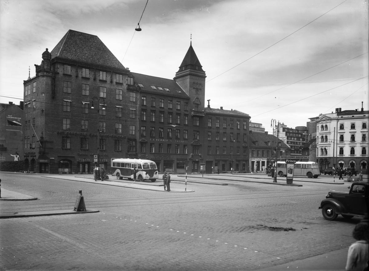 Rederipalass oppført 1918 for Det Forenede Dampskibsselskab (DFDS) (ark. Magnus Poulsson; tildelt Houens diplom 1925). Bygningen, med sitt bratte tak og sine slemmete teglfasader med huggensteinsornamenter, er et godt eksempel på den nordiske nybarokken, som var populær innen arkitekturen i tiden omkring den første verdenskrig. Opprinnelig passasjeravdeling i første etasje, nå bevertningssted og butikk, for øvrig kontorer.  Bussen har blenda lykter og det står tyske soldater på perrongen.