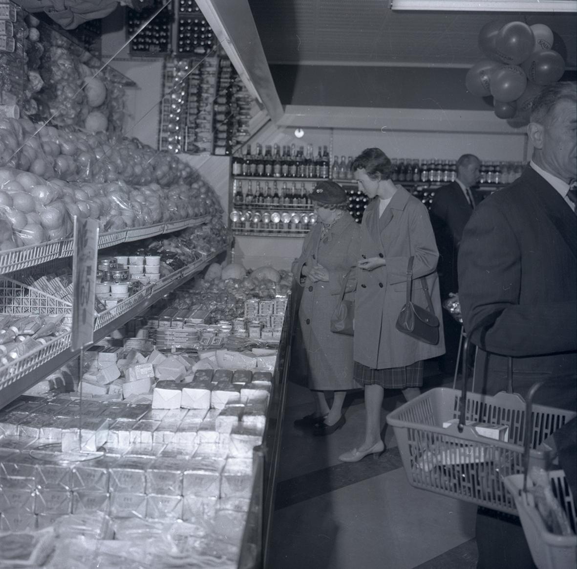 Bild tagen i samband med invigning av Konsum. Människor som handlar.