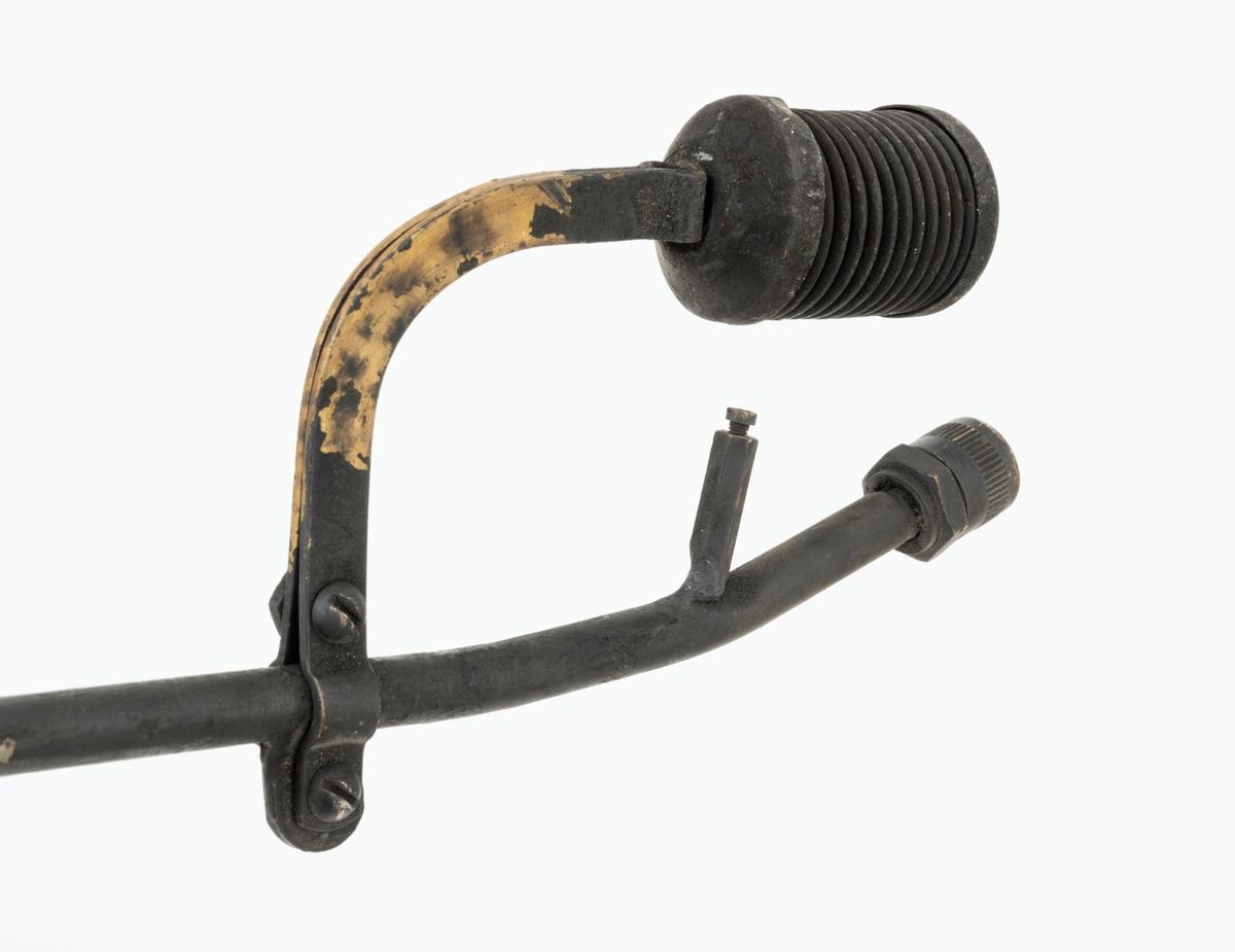 """Tennapparat, flatetenner, av typen """"TT Flatetenner"""" som består av tre deler: en beholder av stål og to rør. Dette skjemaet omhandler det ene røret.  Dette røret har munnstykke med spreder (dyse), har en utvendig diameter på cirka 10 millimeter og en lengde på 74 centimeter. Det er rester av sot rund munnstykket og på deler av røret."""
