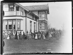 Direktørboligen på Raufoss ca. 1902. 17.mai toget går rundt