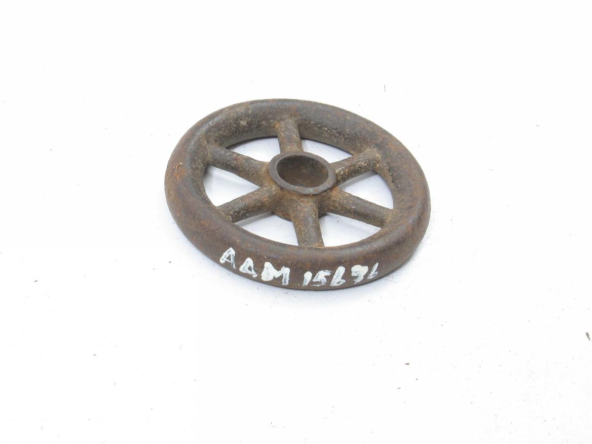 Kranratt av jern,  tjukt gods, 6 eiker i hver. Støpt med  runde kanter.  Redskap til å dreie kranratta til dampskip. Tilstand mai  1975: God, litt rusta.