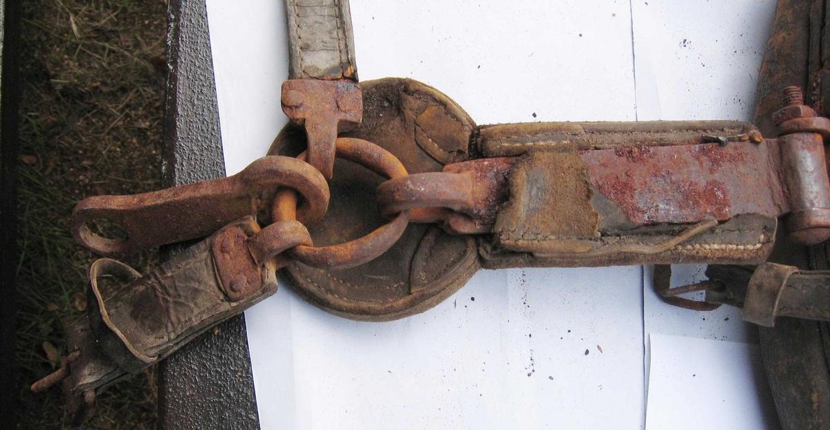 Spinkelt bogtre med forsterkninger av jern. Smidde draglær hengslet med kramper. Draglæret er trukket med lær, som også ligger under orringene. Seleputene er stoppet med svinebust.