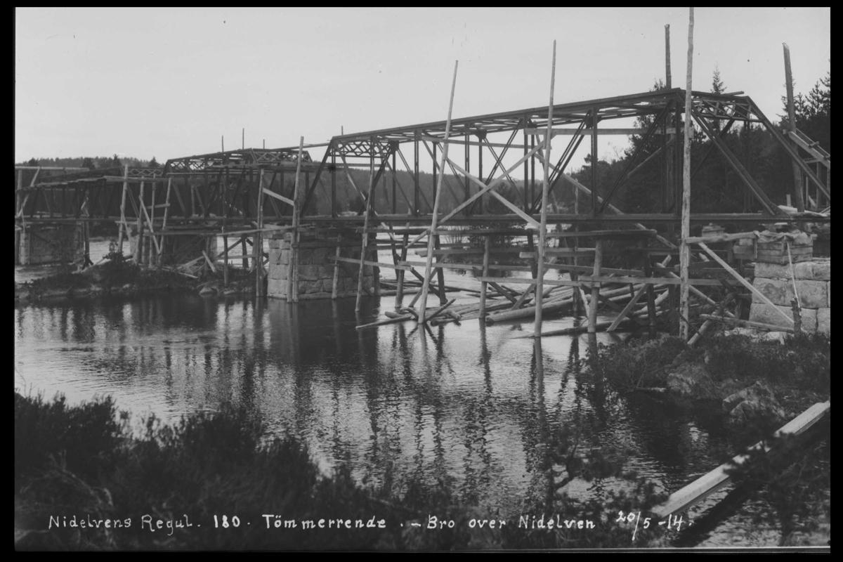 Arendal Fossekompani i begynnelsen av 1900-tallet CD merket 0446, Bilde: 76 Sted: Nisserdam Beskrivelse: Tømmerrenne. Bro over Nidelva