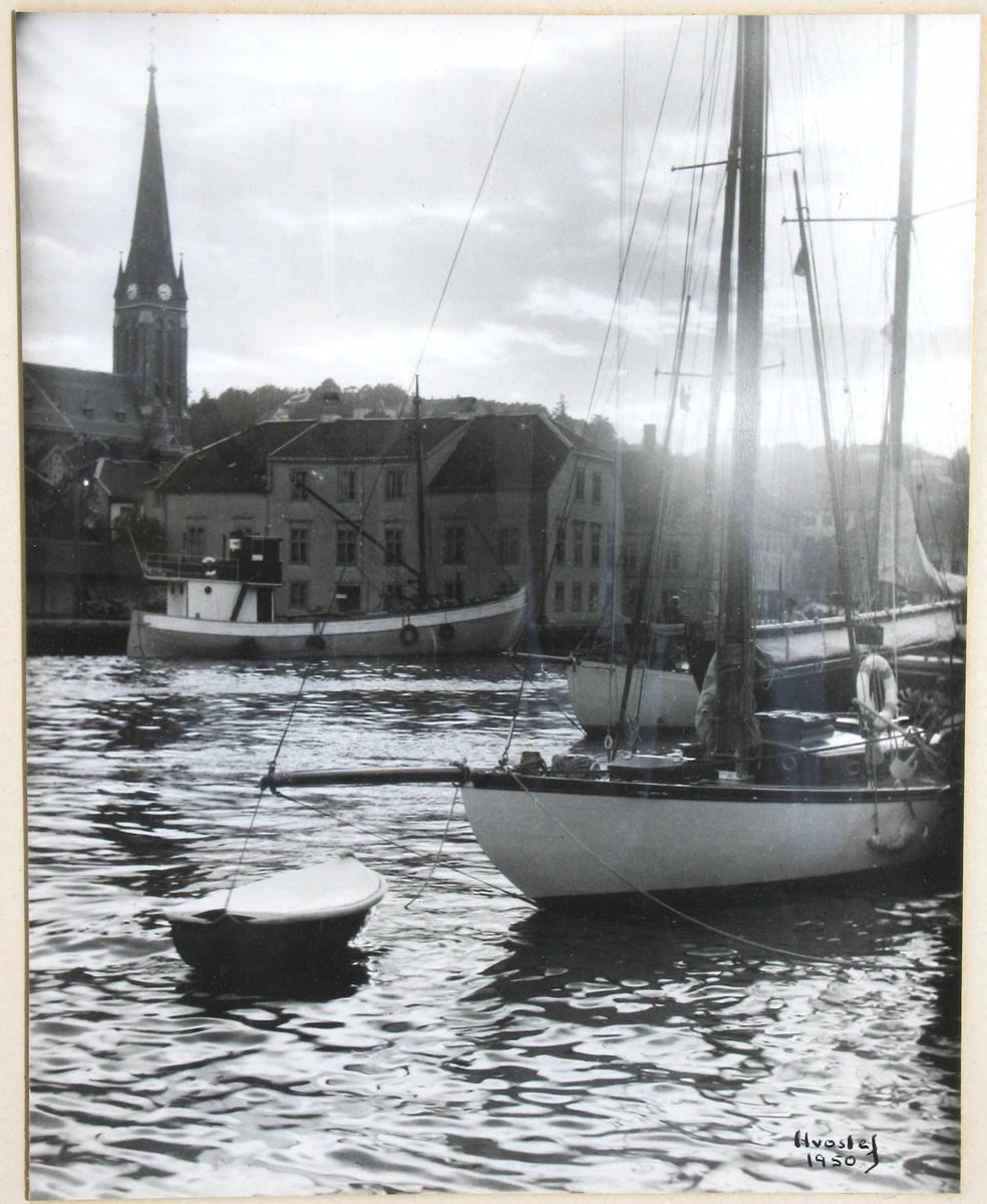 Stemningsbilde, Pollen i Arendal. En seilebåt og ei fiskeskøyte.  Bebyggelse på Nedre Tyholmen og Trefoldighetskirken i bakgrunnen.