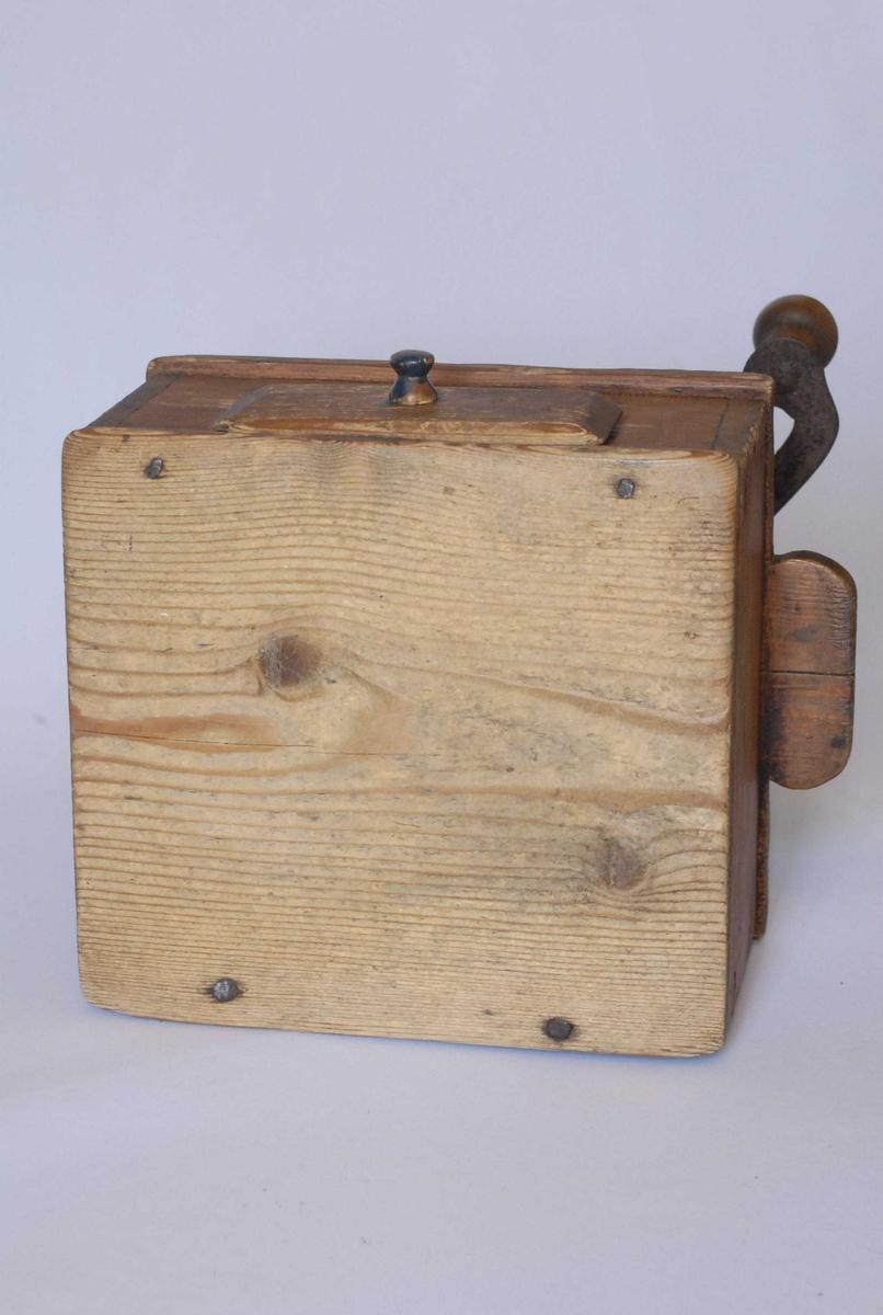 Form: Kassa er kvadratisk med treskuff. Kasselokket har ører. Skuffen har treknott (håndtak). Kasse og skuff har trenagler, men også noen spiker. Trakta er av et hardt treslag og uthulet av ett stykke. Sveiven og kværnene er av jern med treknott på skaftet. Gml. nr. 102-70 SB-2 Drengestua, kjøkkenet