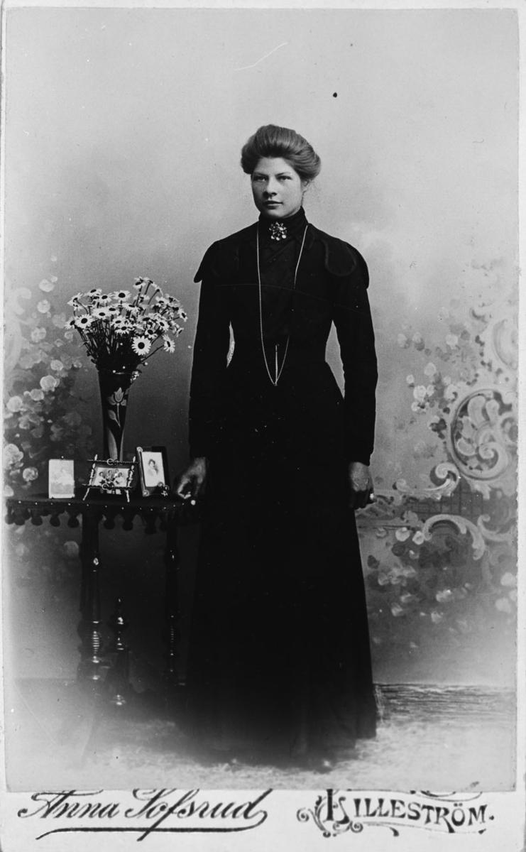 Helfigur av Anne Nordby f 19/3 1890.