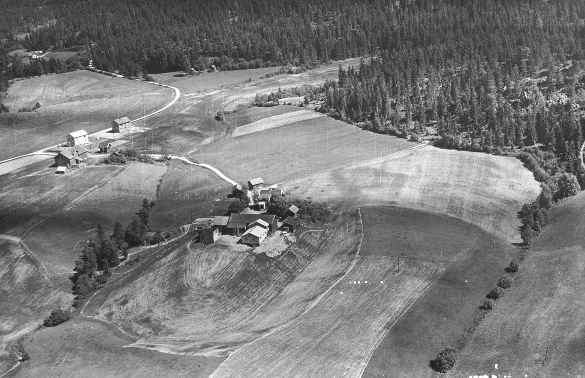 Flyfoto av Hovelsrudstua (til v.) og Østbystua (midt på).