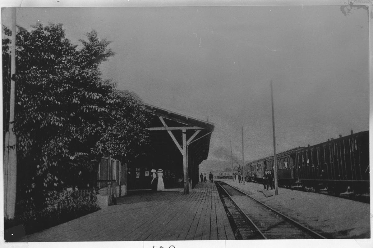 Plattform og ventende tog på Lillestrøm stasjon.