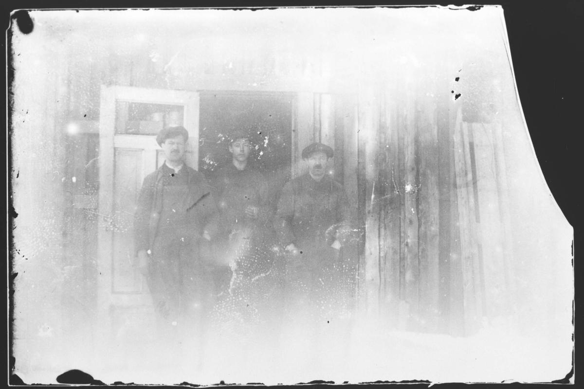 Gruppebilde. Gustav Eriksen til venstre.