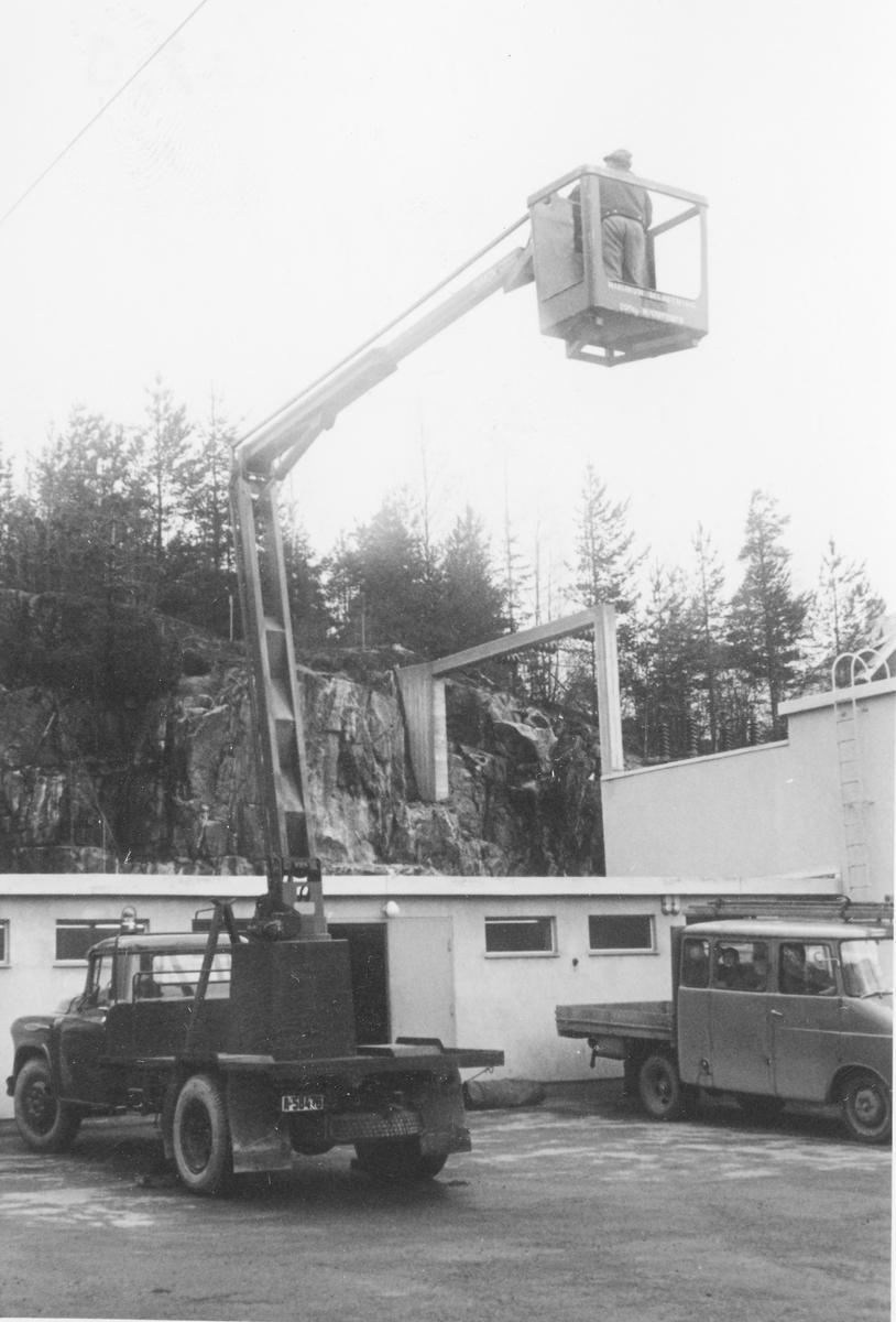 Kranbil ved AS Kykkelsrud, ved Strømmen transformatorstasjon, Vassøyholtet.