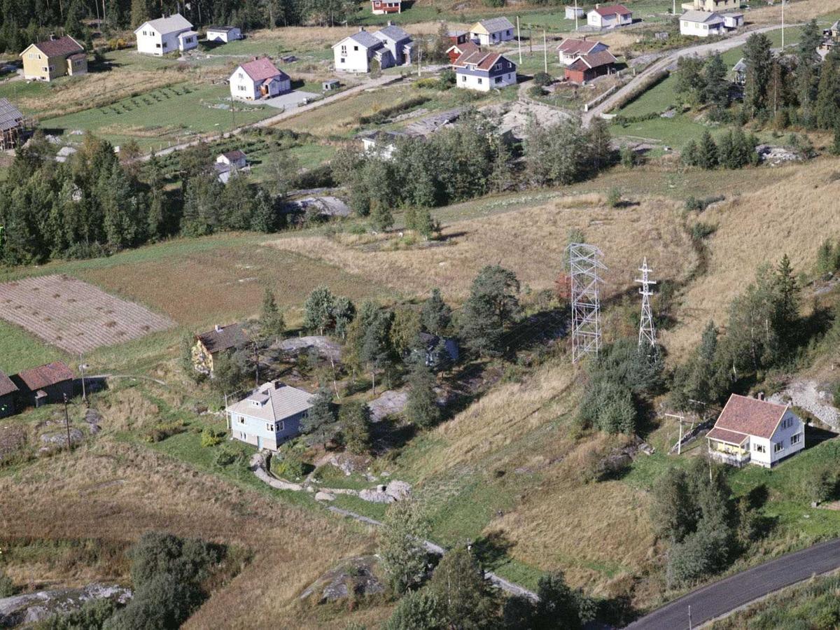 RÅKENDALEN I YTRE ENEBAKK. Villabebyggelse. Rv 155 nede til høyre, øverst til høyre Råkendalsveien, til venstre Grosethveien.