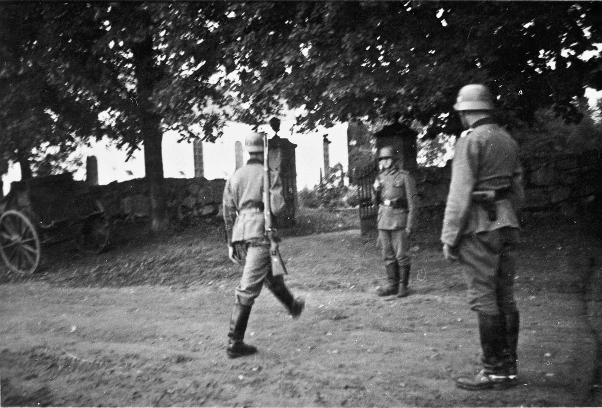 Tyske soldater utenfor Eidsvoll Kirke.