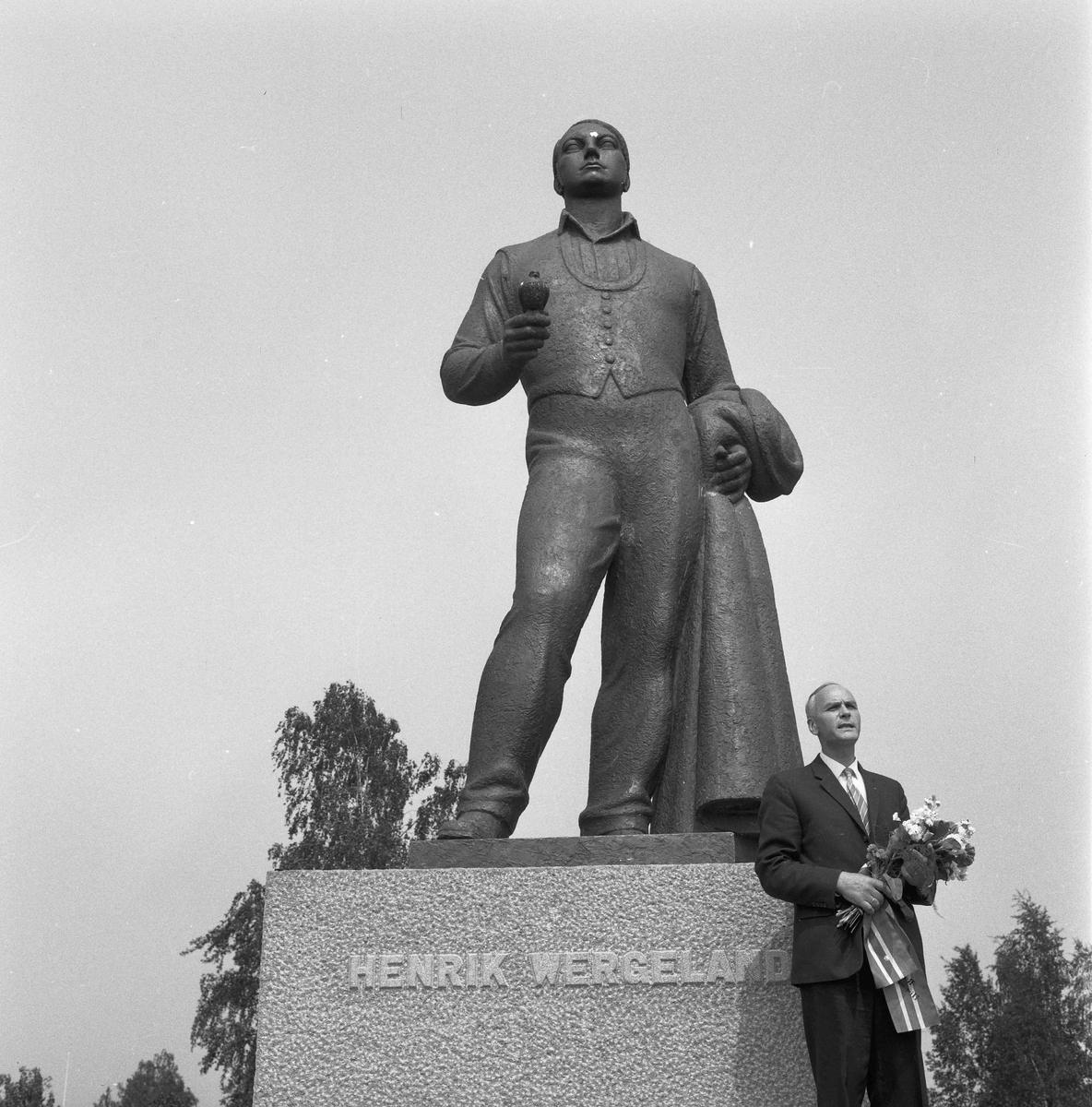Eirik Sundli var den største kjenneren av Henrik Wergeland og hans familie. Bildet er fra 14. juni 1964.