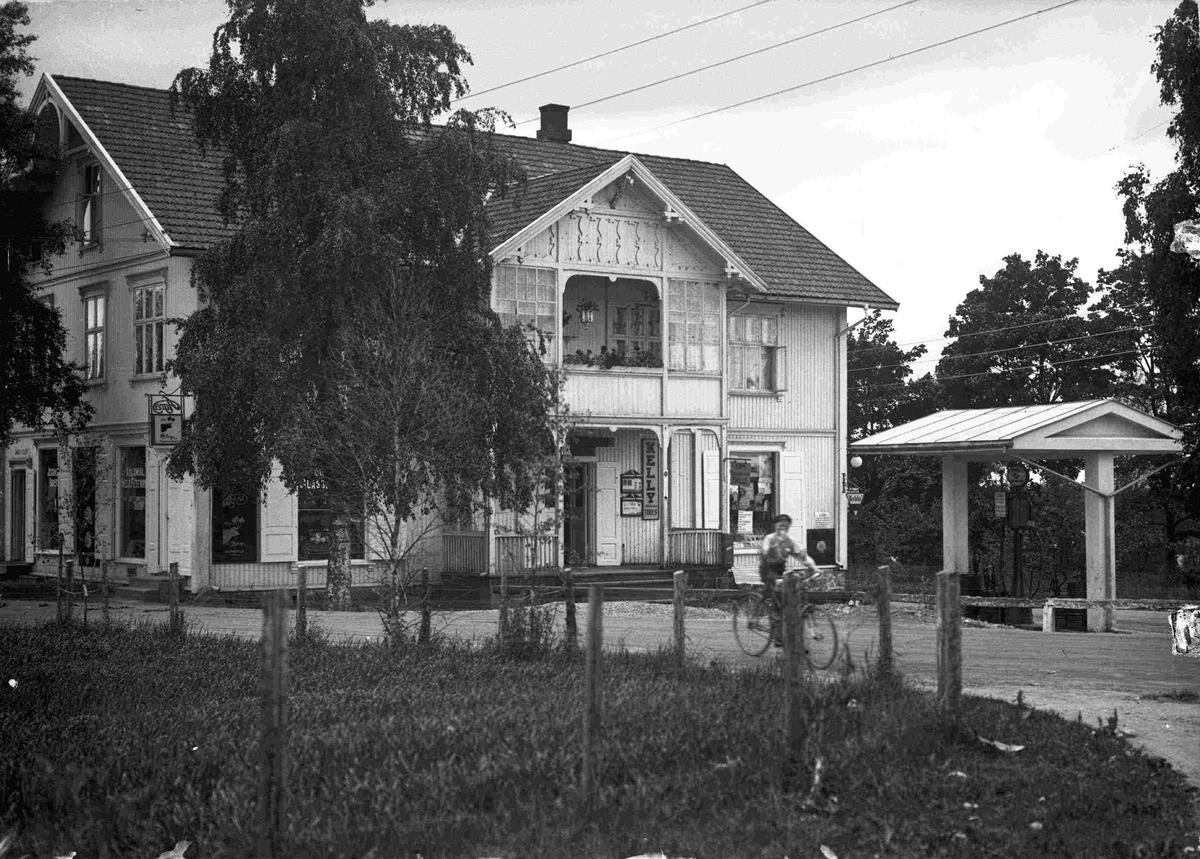Landhandel, bakeri og Shell benzin.  01.11.2012: Bildet viser Vegelgården på Jessheim Skrevet av: Ola H. Fjeldheim.