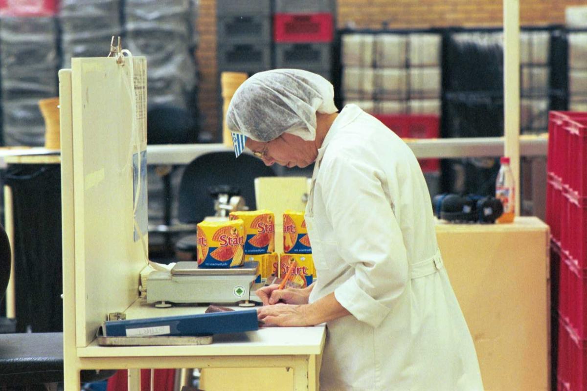Startkjeks, kvalitetskontroll, arbeider, kvinne, arbeidstøy, fabrikkmiljø, vekt