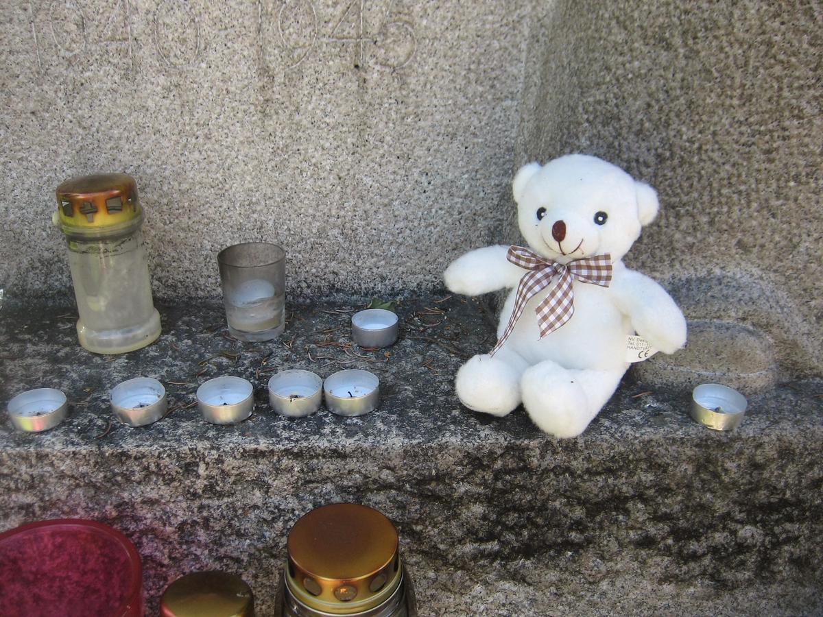 Minner etter terrorhandlingen den 22. juli 2011. Lykter og bamse ved Krigsmonument ved Lillestrøm kirke.