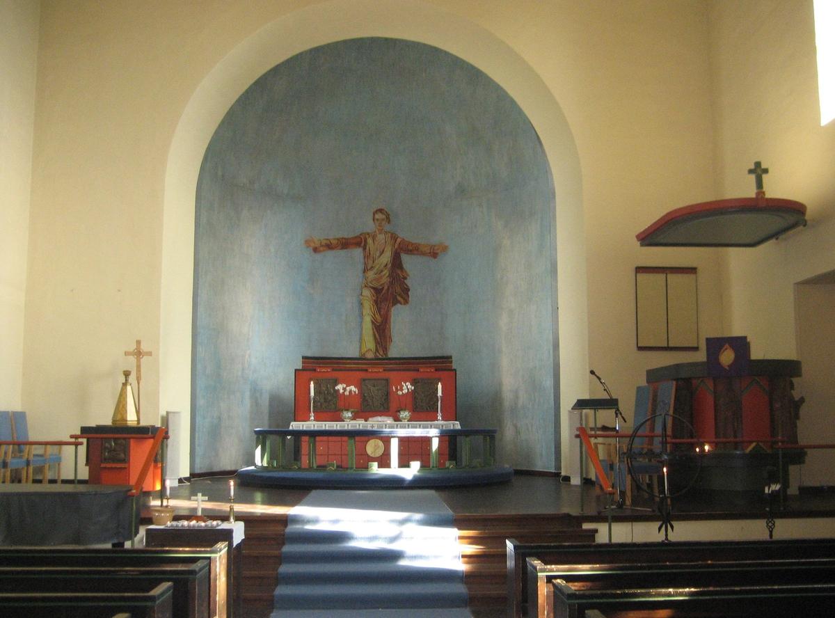 Minner etter terrorhandlingen den 22. juli 2011. Lillestrøm kirke var åpen for sørgende i uken etter terrorhandlingen. Alteret med tente lys.