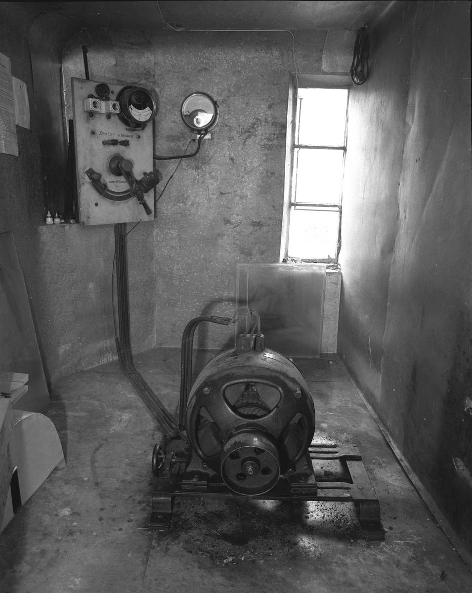 Svartdahl Bruk Maskiner 102B-1 og 102B-2. 102B-1 Likestrømsgenerator fra Norsk Elektrisk Aktiebolag/ Frognerkilens fabrik (Bygdøy). Produksjonsnr. 1125. 236V 15,7 A, 4 HK 1250 omdreininger/minutt. Drevet av turbin ved reimoverføring til skiven forran på generatoren. 102B-2 Startertavle, Norsk Elektrisk Aktiebolag. Måleren, tysk av fabrikat Shuckert er satt på senere. Sikringene er satt på av  Per Iversen. Jordvoltmeter sitter på veggen. En startertavle brukes for å sikre en rolig start av maskinene, så anlegget ikke overbelastes. Rommet er brannsikret med asbest og galvanisert plate etter pålegg på 1930-tallet.