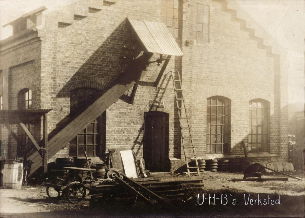 Ved lokomotivstallen på Bjørkelangen. Reparasjonsarbeider utføres på taket på godsvogn G7.
