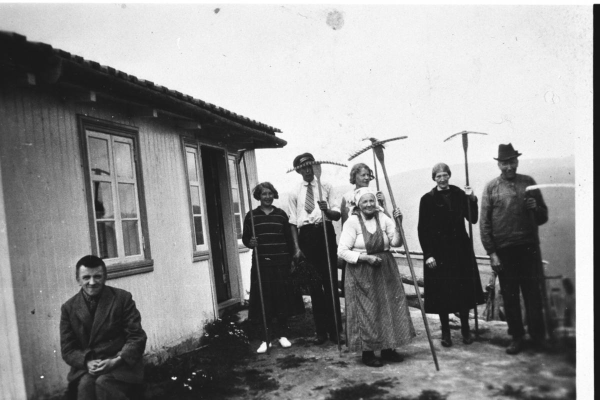Fremst sit Torkjell Larsbråten. Bak frå h.Knut Larsbråten,Gunhild Larsbråten Helgerud,Birgit Sortebråten Larsbråten og Thorleif Helgerud.