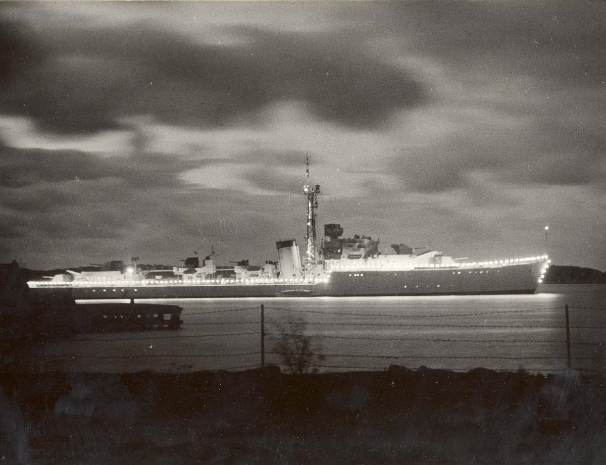 C-kl jager, KNM Oslo . Styrbord side med rekkebelysning.