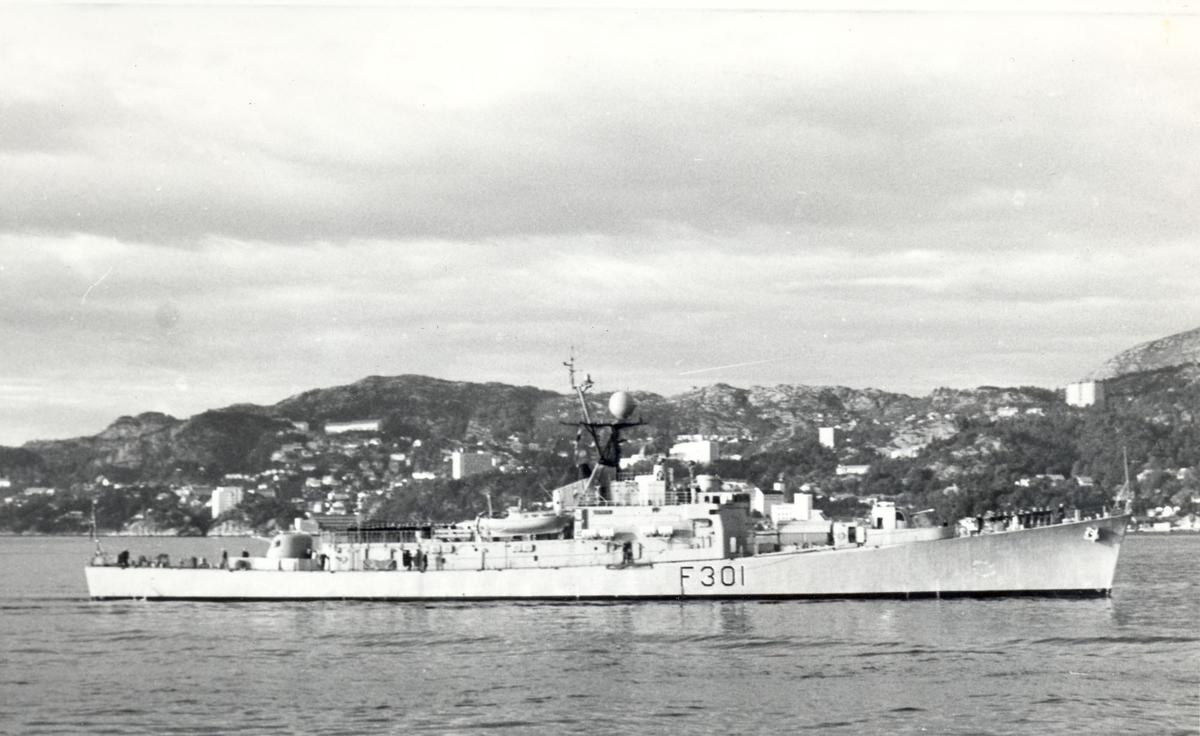 """Oslo-kl.fregatt KNM """"Bergen"""" oppstilling etter fortøyningsrullen ved første gangs besøk i hjembyen, 22.09.1967."""