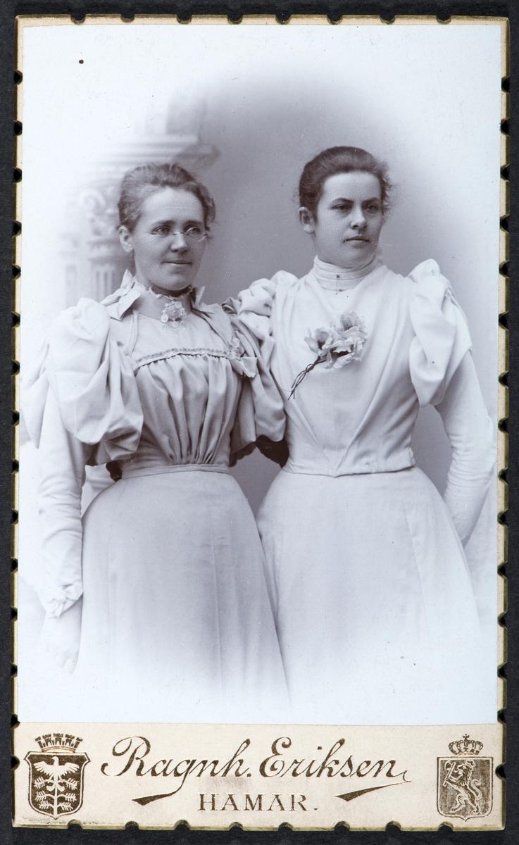 Emma Stav og Ellen Raknerud, kvinneportrett, kvinnedrakter, visittkort.