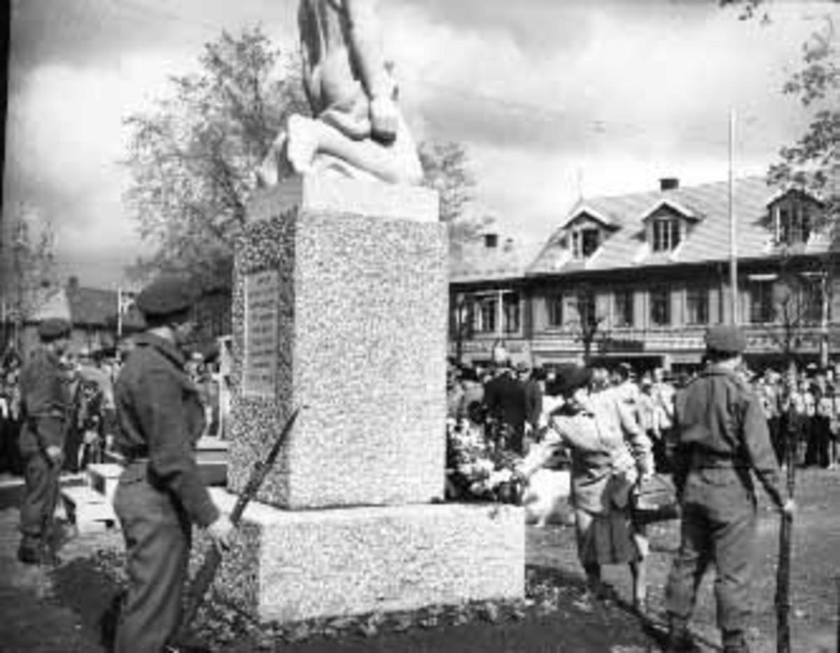 KRIGSMINNESMERKET I STRANDGATEPARKEN. AVDUKING, NORSKE FLAGG, MILITÆRE. MINNESMERKET OVER DE FALNE I ANDRE VERDENSKRIG AVDUKES 17. MAI 1949.