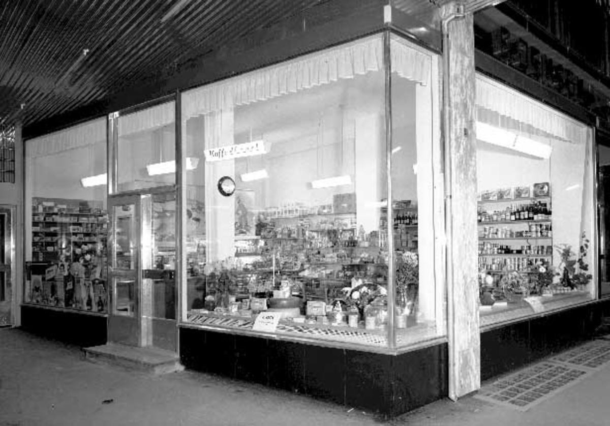 G. Jensen. Kolonial, Frukt og Tobakk, Utstillingsvindu i M. Steen bygget i Strandgata 71, Hamar. Foto Normann 09. 11. 1957.