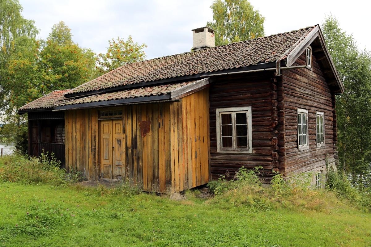 Hus i én etasje med loft, og et tilbygg på sida som rommer maskineri. Huset har et vindfang foran inngangen som er oppført i reisverk.  Huset har originalinnredning som garveri