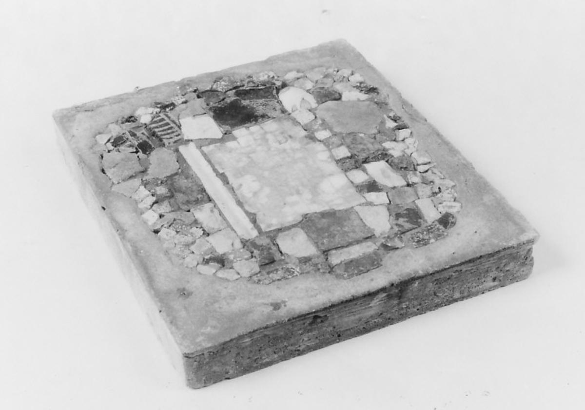 I sentrum felt av hvite, rektangulære biter; omkring biter av uregelmessig form.