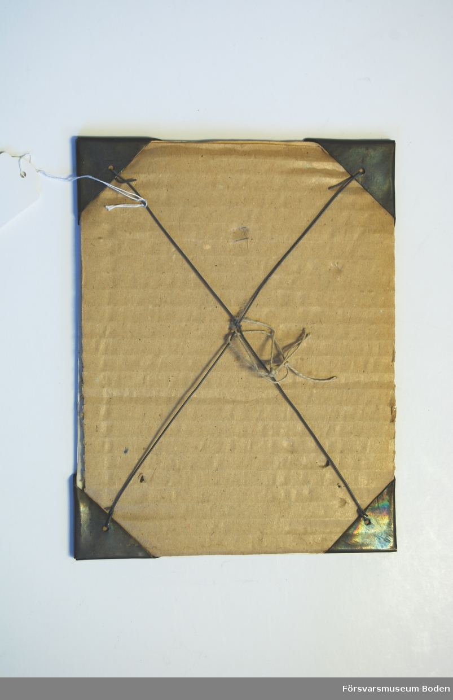 Plansch 23 x 17 cm med glas och upphängningsanordning med kopparskodda hörn.