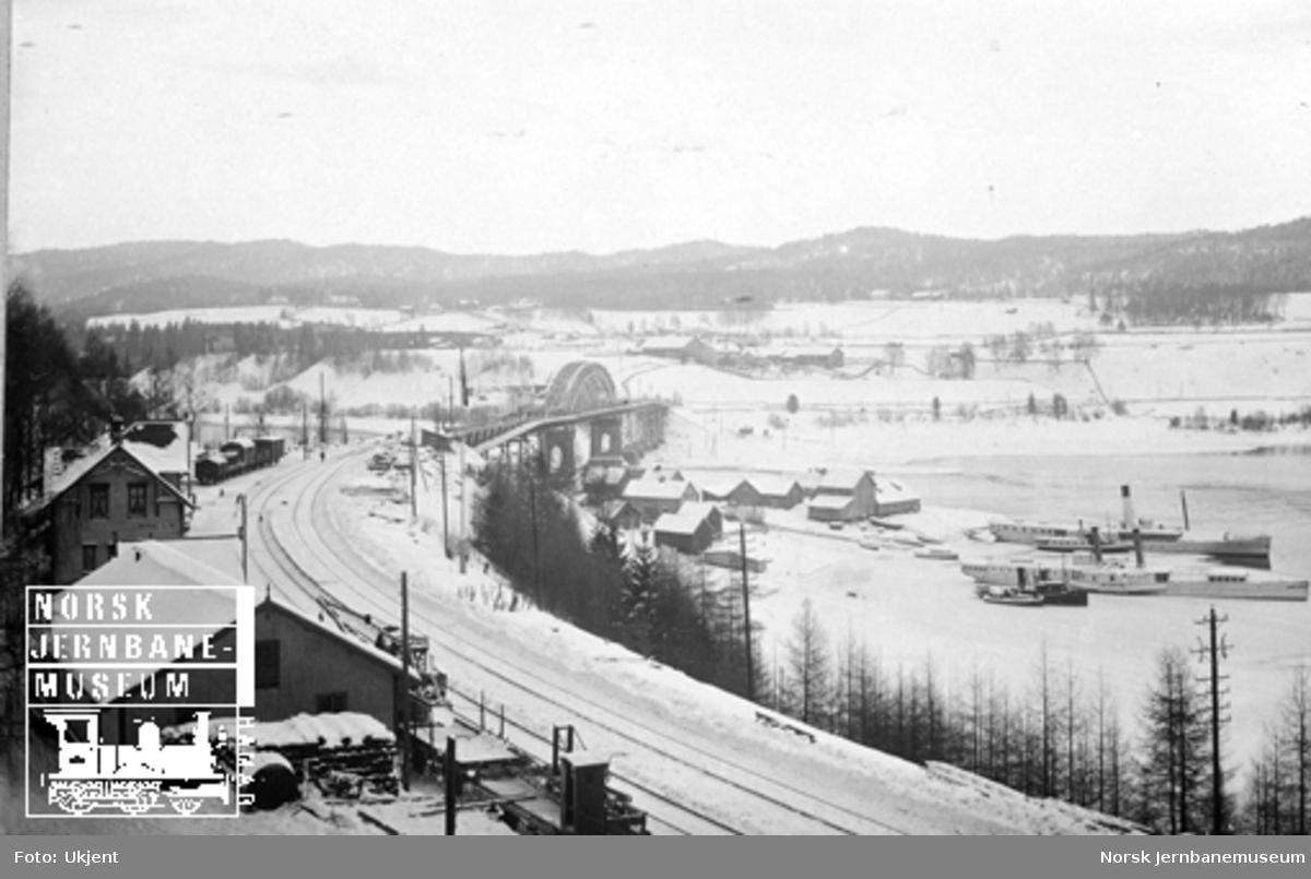 Minnesund stasjon og brua, trolig tatt etter ombyggingen av brua i 1913 eller 1922
