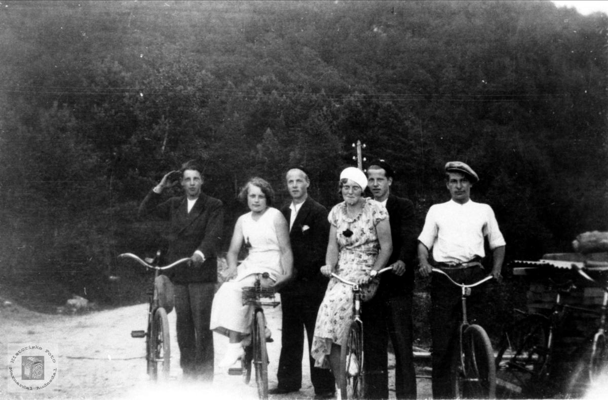 Personer fra Bjelland på sykkeltur.