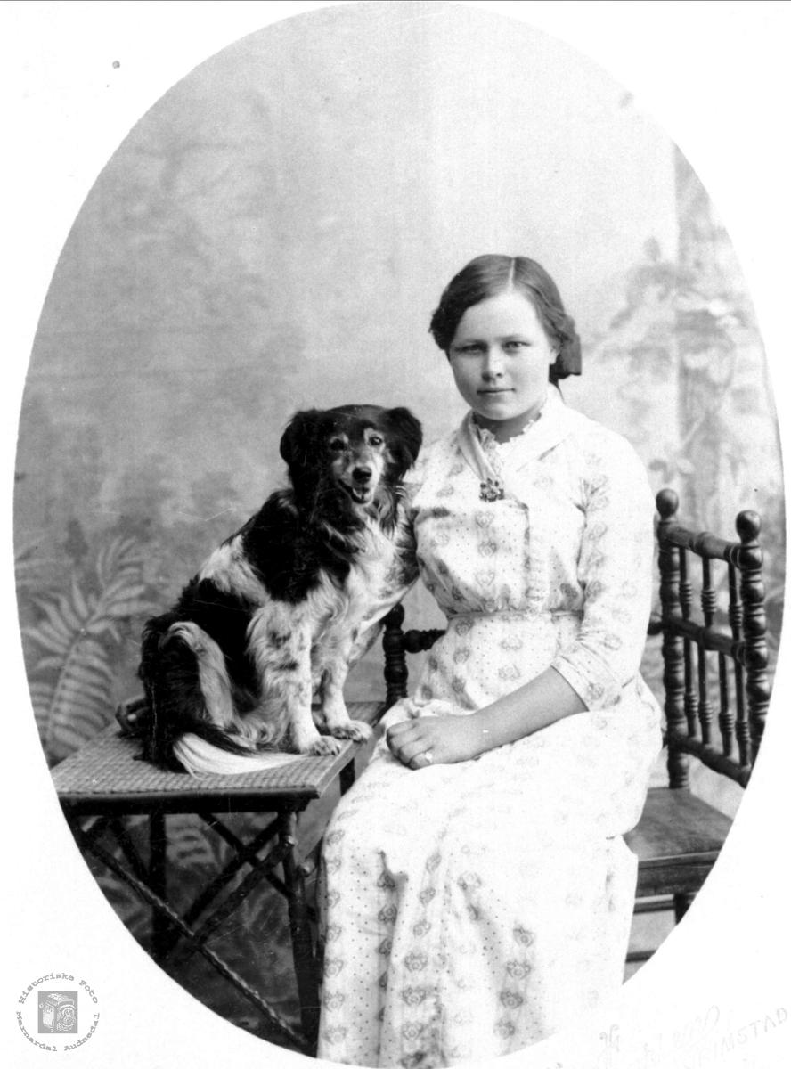 Portrett av Jørgine Røynesdal med hund. Fra Bjelland.