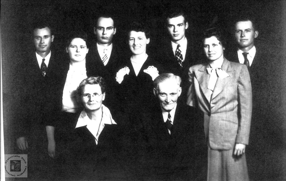 Portrett av familien Tomine og Ola A. Koland  med 7 barn.
