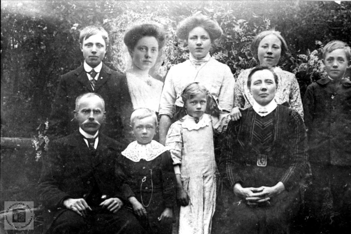 Portrett av familiegruppe Flystveit, Åseral.