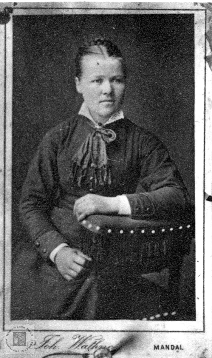 Portrett av Berte Strædet født på Undeland i Konsmo.