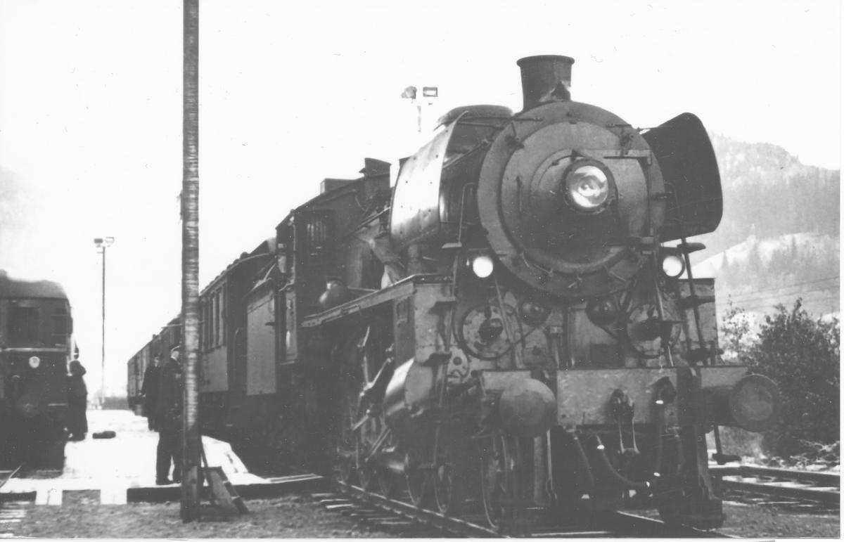 Tog 302 på Støren stasjon, trukket av damplok type 26c.