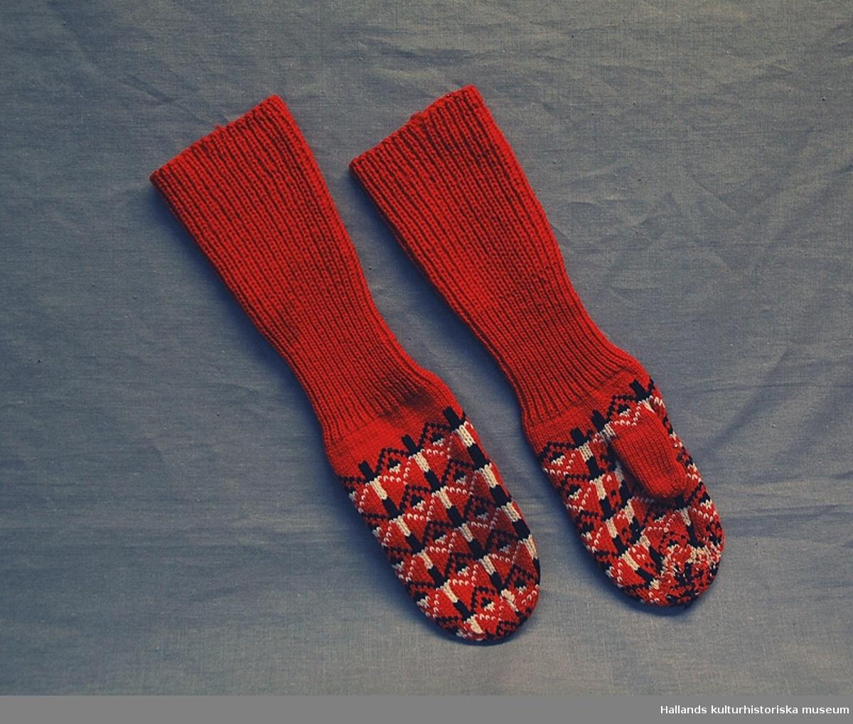 Tumvantar. Binge-stickning i rött, svart och naturvitt garn. Mönstret är en variant på Bjärebobård. Teknik: Binge-stickning, Bjärebobård.