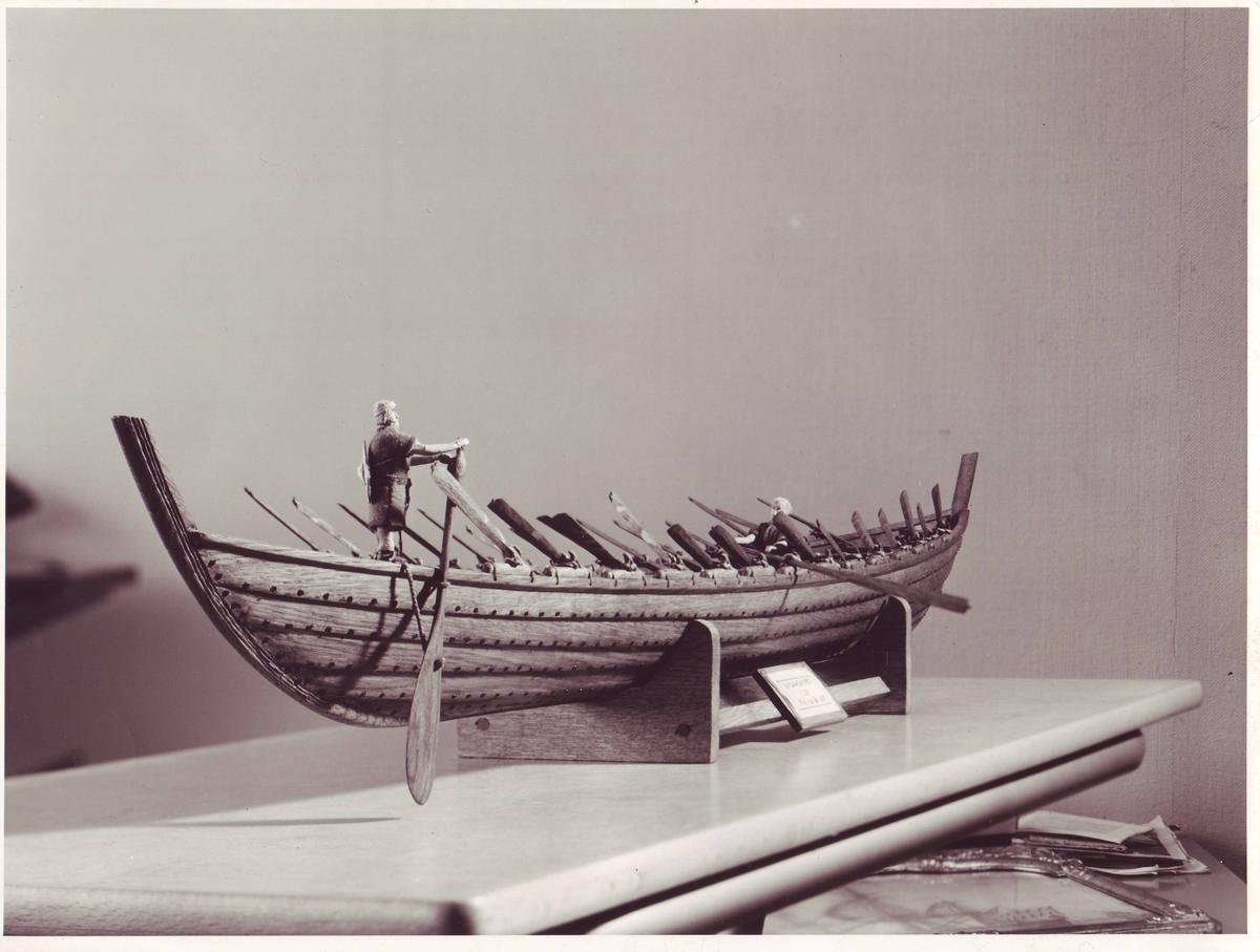Nydambåten, 350 - 400 e.Kr.- jernklinket skrog,utgravet 1863 Nydam Mose, Sønderjylland (idag Schleswig, Tyskland) ,vekt 8800 kg, 30 roere, surringsklamper for spantene,60 cm. fribord.