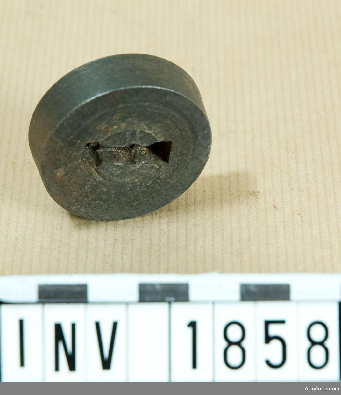 Bokstaven är 17 mm hög. Dynan passar till stans AM 1857.  Samhörande nr är 1677-99, 1800-99, 2100-23 (1857-58).